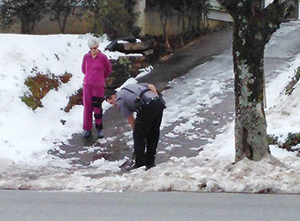 FCPD officer helps clear drive for Forest City woman