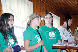 4-H Club Members Volunteer